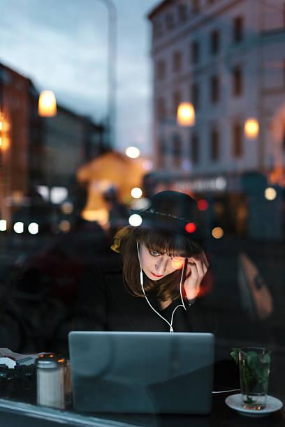 frau arbeiten am laptop im café - iphone gratis stock-fotos und bilder