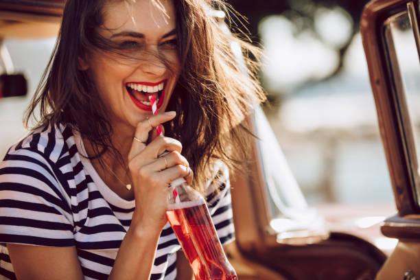 frau im auto genießen, trinken cola - alkoholfreies getränk stock-fotos und bilder