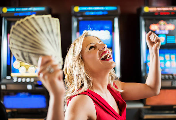 woman in casino winning at slot machine. - 僅一名中年女子 個照片及圖片檔