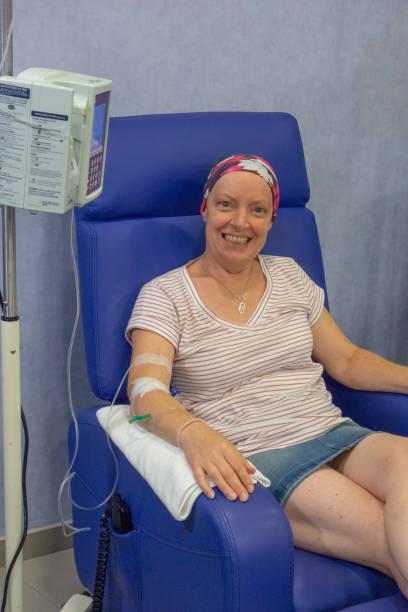 Woman in chemotherapy treatment Tratamiento de quimioterapia en mujer adulta. Inicio del tratamiento en hospital. chemotherapy cancer stock pictures, royalty-free photos & images
