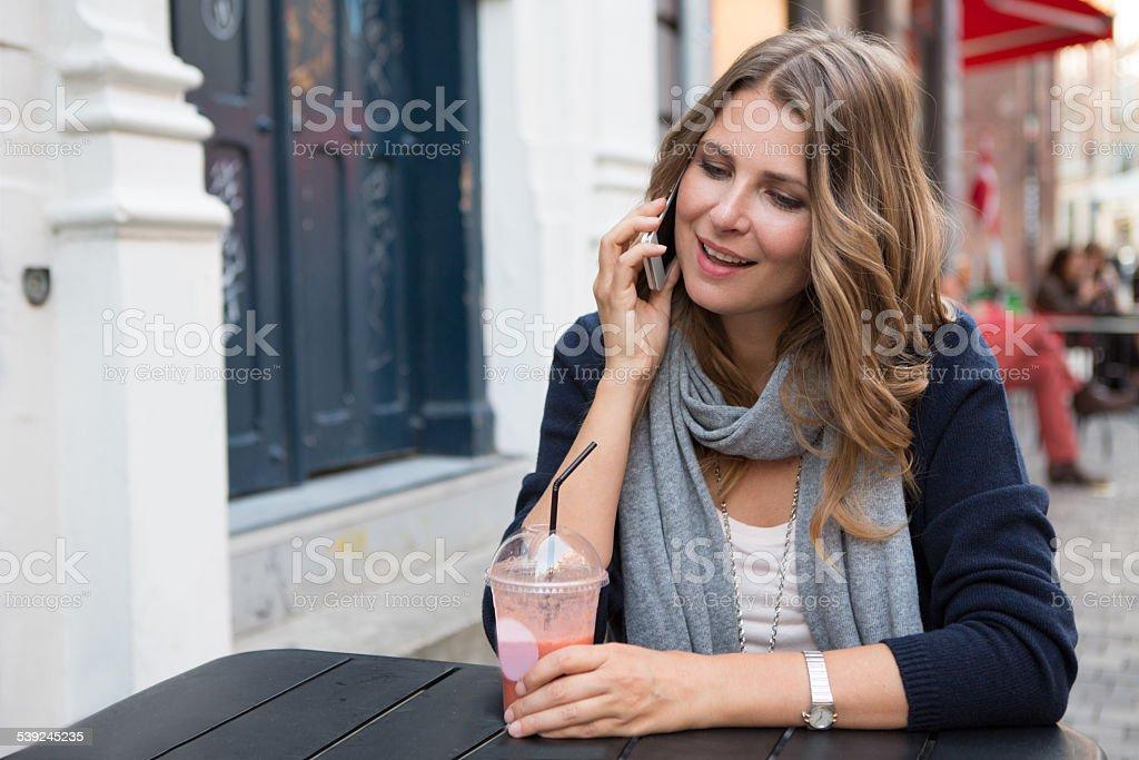 Mujer usando teléfono inteligente en la ciudad. foto de stock libre de derechos
