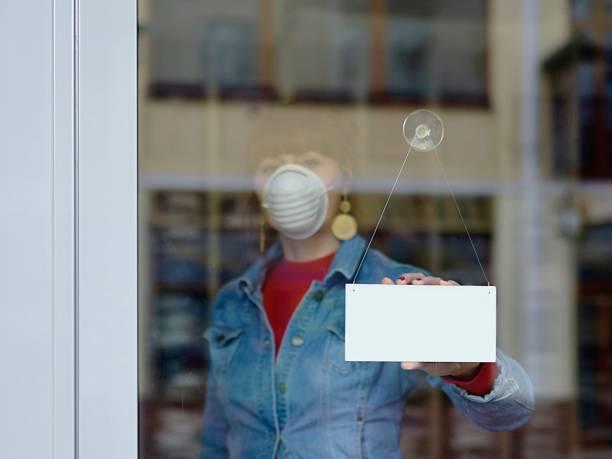 mulher em loja fechada com máscara - seu texto fechado - fechado - fotografias e filmes do acervo