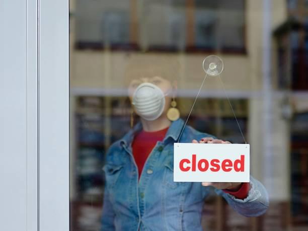 vrouw in gesloten winkel met masker - uw gesloten tekst - dicht stockfoto's en -beelden