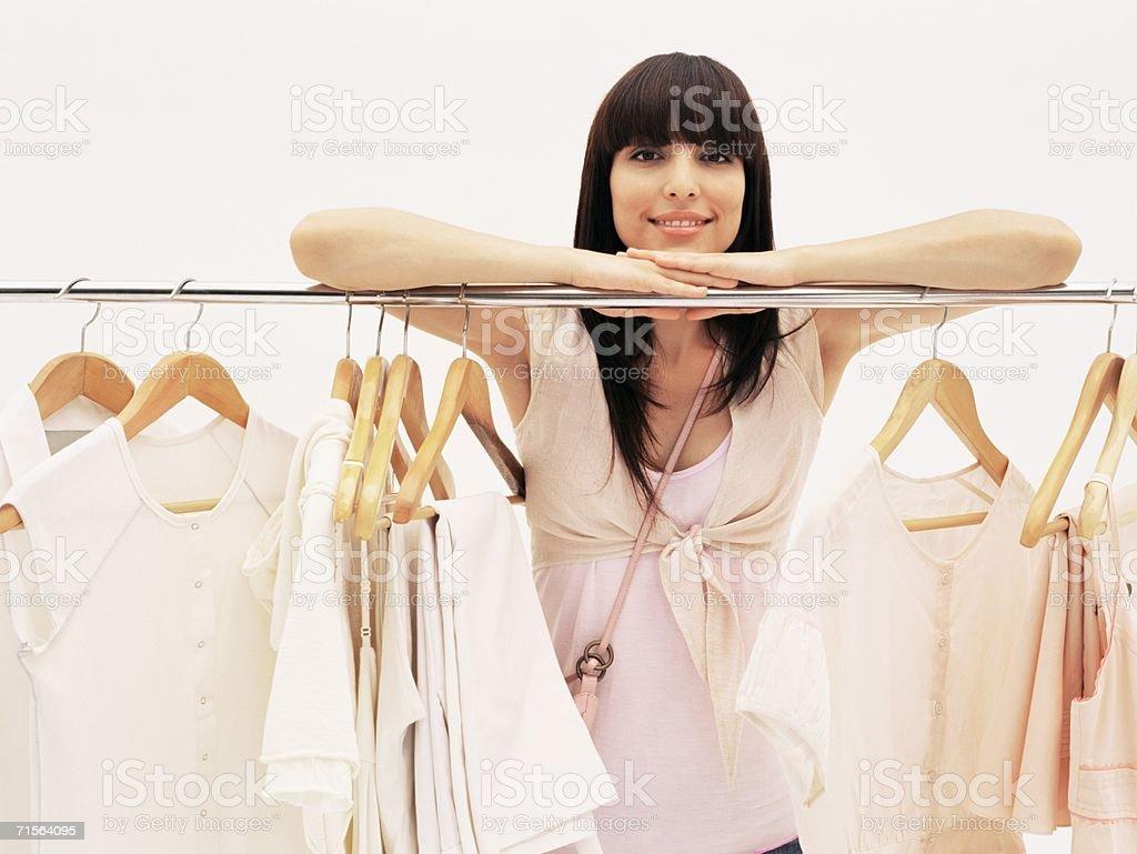 Mujer en tienda de ropa - foto de stock