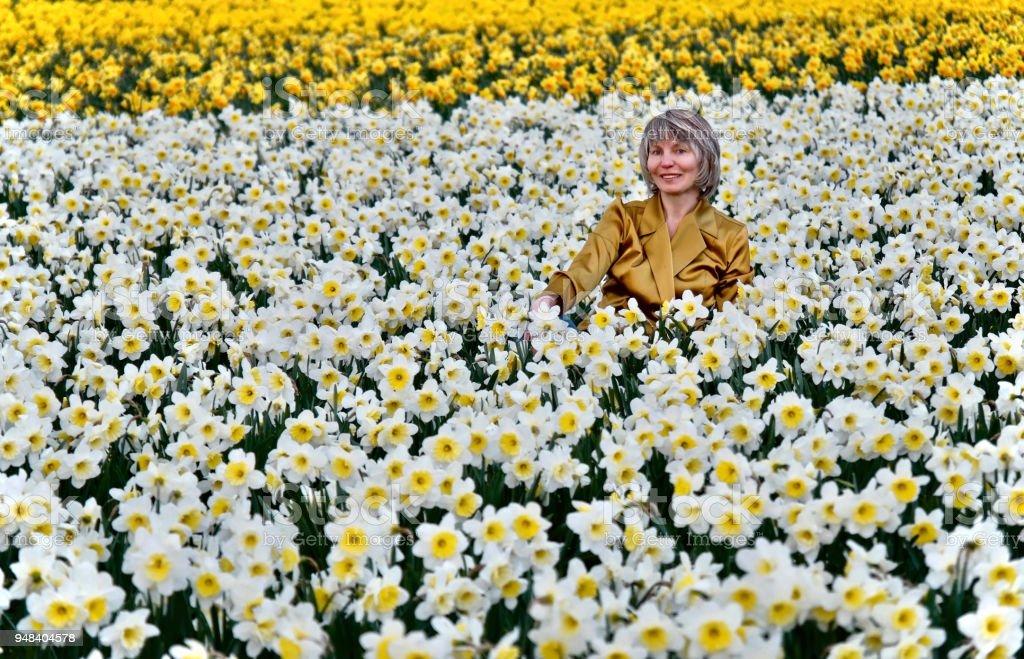 Frau in Narzissen Felder lächelnd – Foto