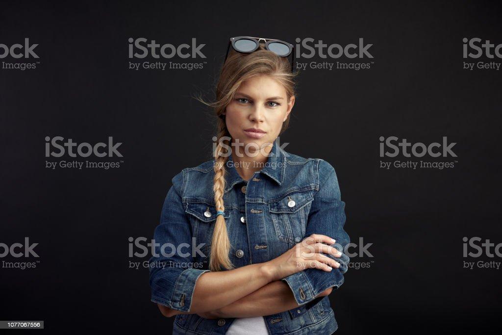 Frau in Jeansjacke über schwarz – Foto