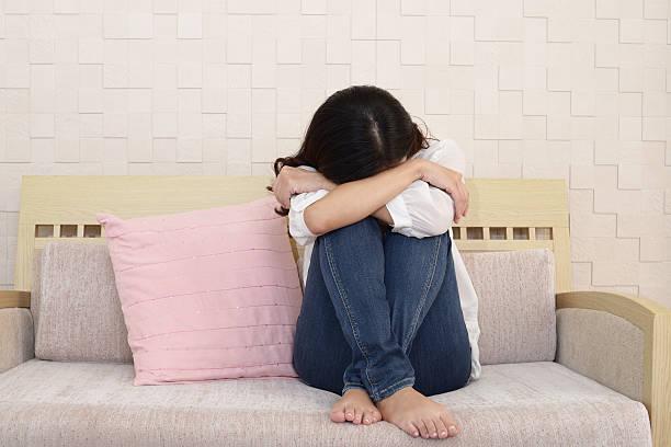 女性で意気消沈 - 憂鬱 ストックフォトと画像