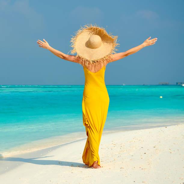Frau im Kleid zu Fuß am tropischen Strand – Foto
