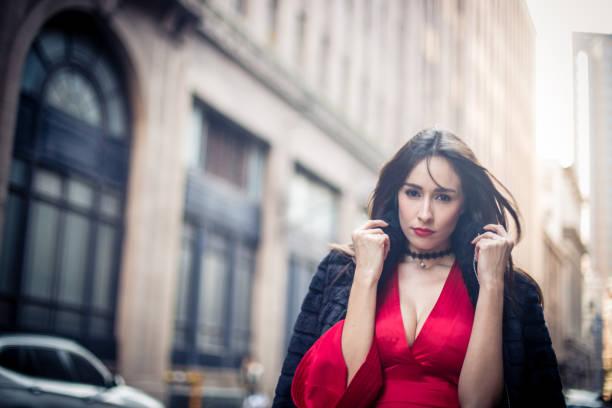 frau im eleganten roten kleid - promi schmuck stock-fotos und bilder