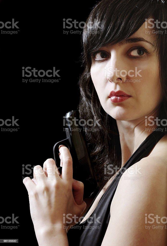 Donna in abito da sera tiene gun foto stock royalty-free