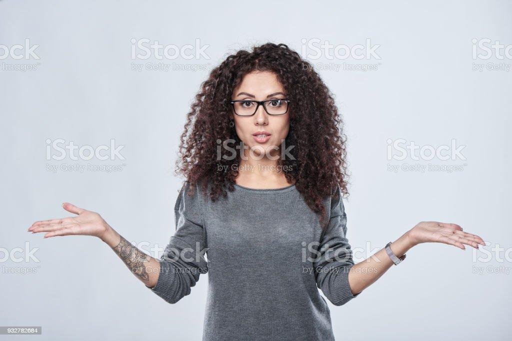 Frau in Brillen mit zwei geöffneten Hand Palmen – Foto