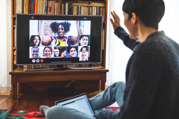 woman in front of a device screen in video conference for leisure - tv e familia e ecrã imagens e fotografias de stock