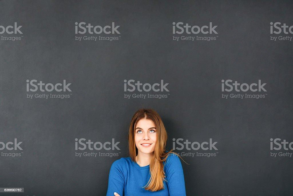 Mujer en frente de pizarra - foto de stock