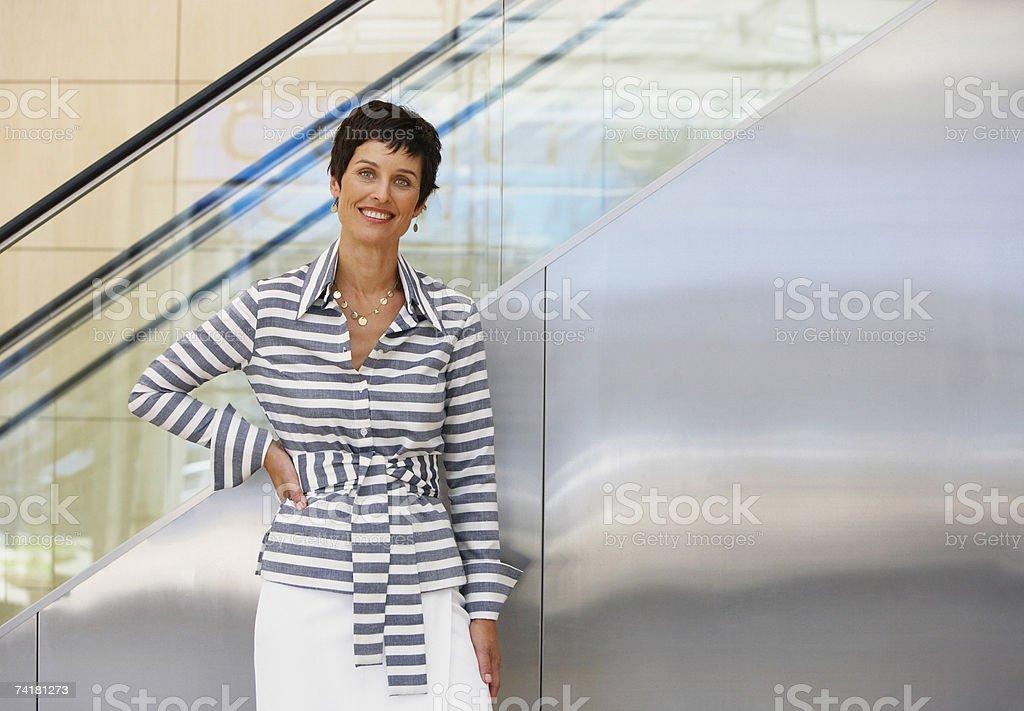 Mulher na frente da Escada Rolante foto de stock royalty-free