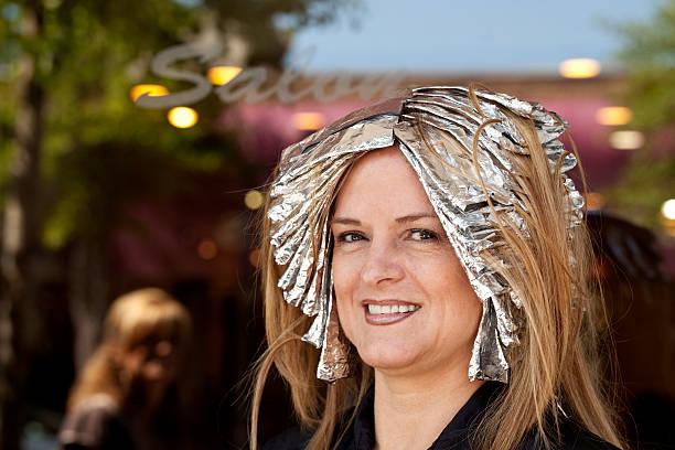 frau vor der salon, foliendruck in haar für highlights - folien highlights stock-fotos und bilder
