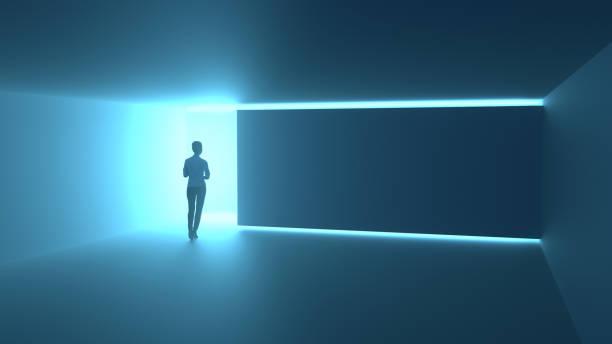 Frau vor der magischen Tür strahlt Neonlicht aus – Foto