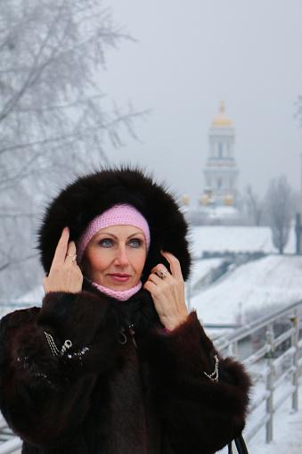 Frau Im Pelz Kapuze Auf Der Wintersteg Sieht Auf Mysteriöse Weise Auf Der Linken Seite Stockfoto und mehr Bilder von Attraktive Frau
