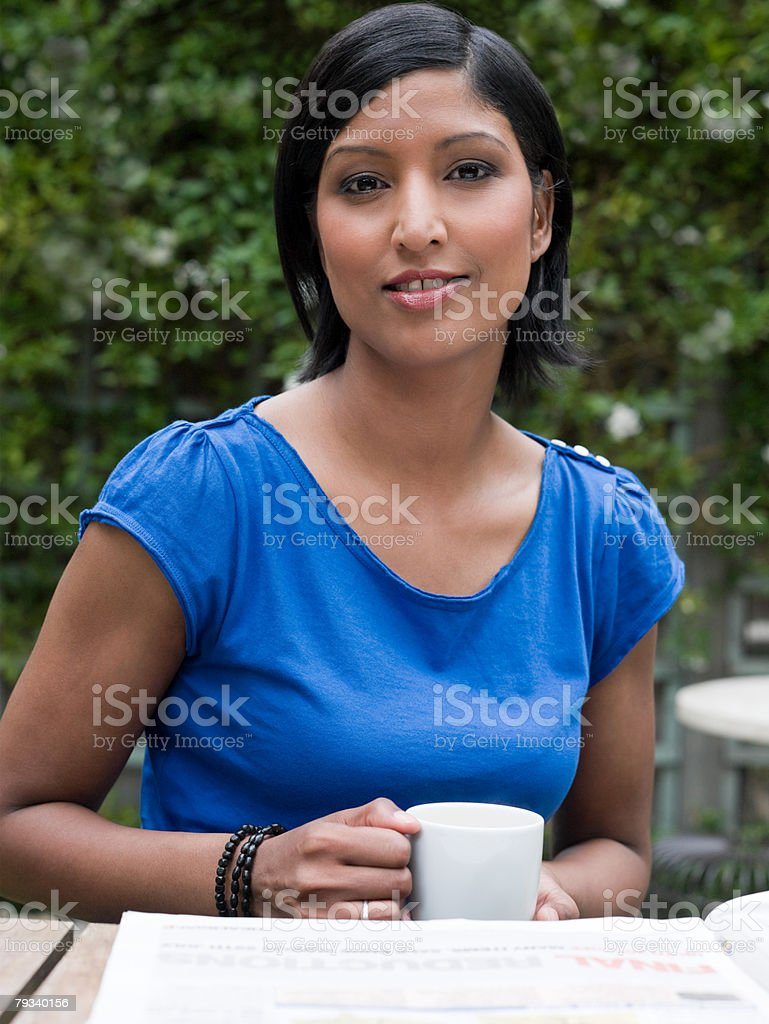 ガーデンのコーヒー女性 ロイヤリティフリーストックフォト