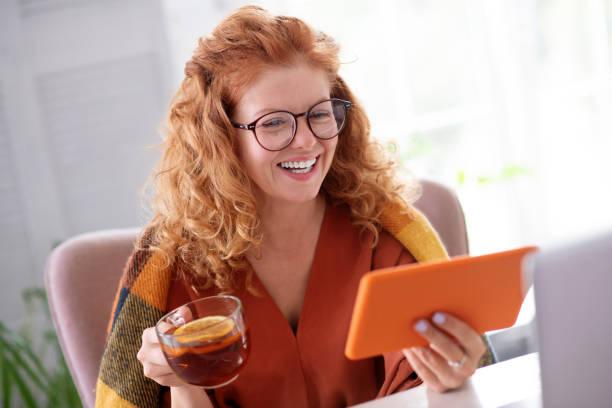 Frau in Gläsern fühlt sich besser nach dem Trinken Tee – Foto