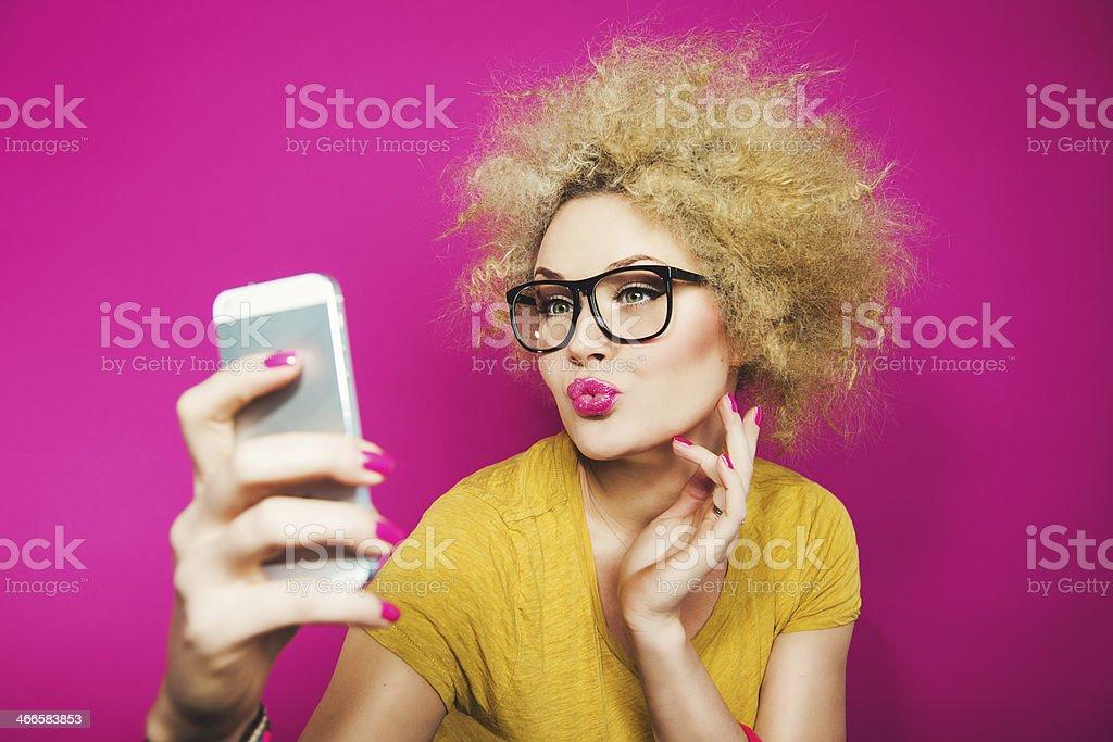 Mujer tomando un autorretrato gafas - foto de stock