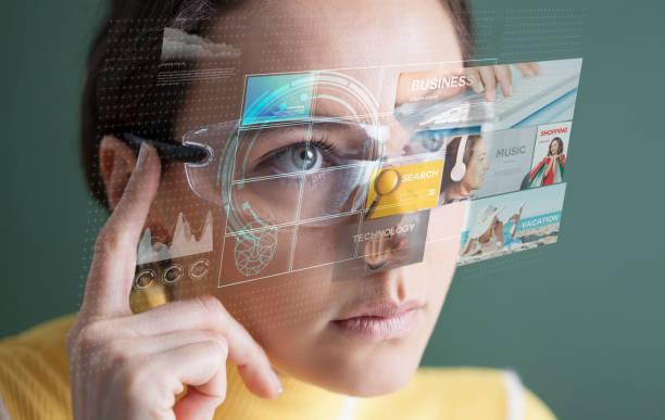 Frau in Brille mit virtuellem Bildschirm – Foto