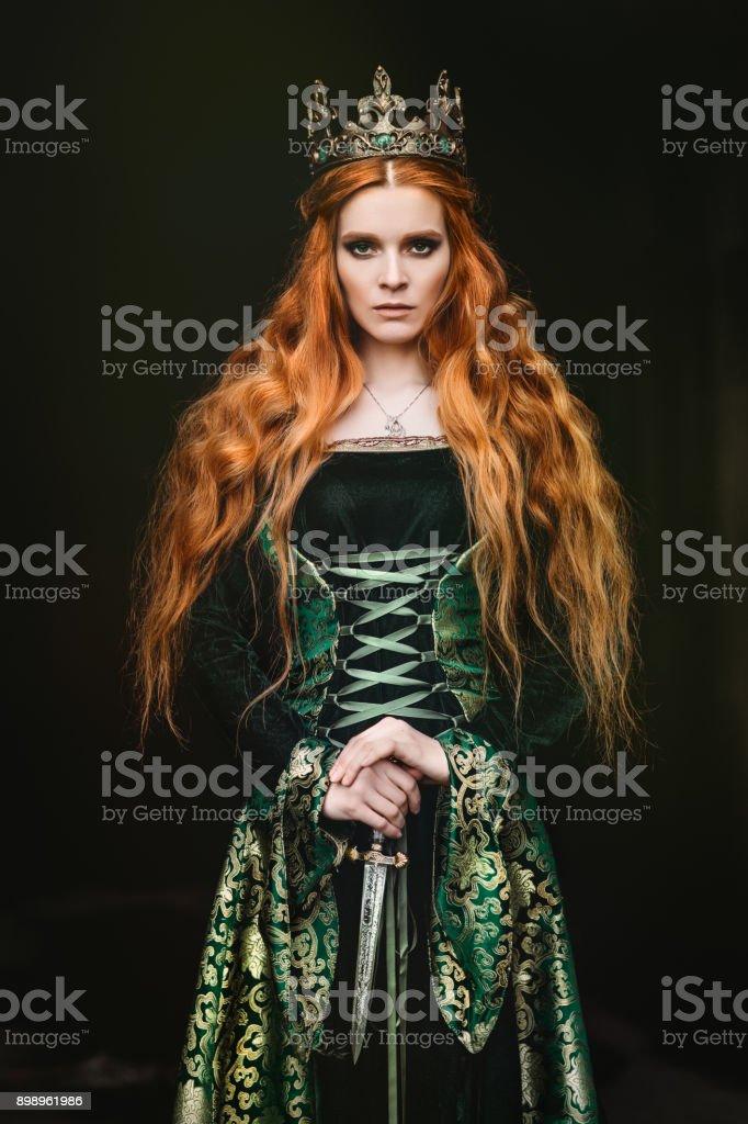 Femme en robe médiévale verte - Photo