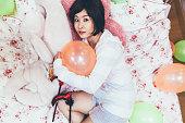 ベッドで休んでのハロウィーンの衣装の女性