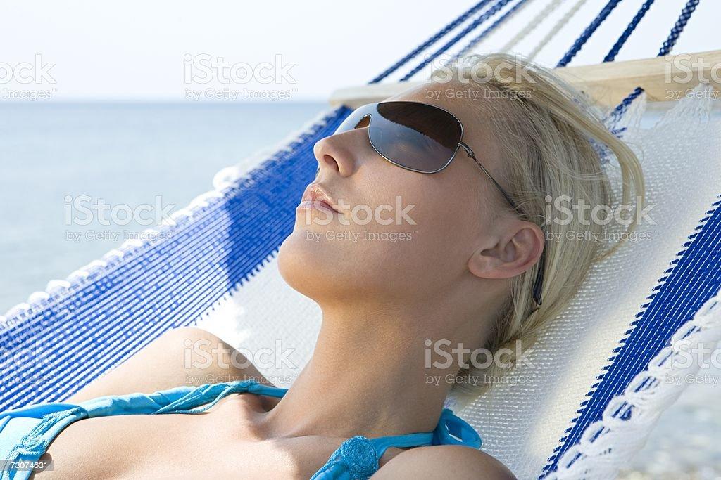 Mulher na cama usando Óculos de Sol foto de stock royalty-free