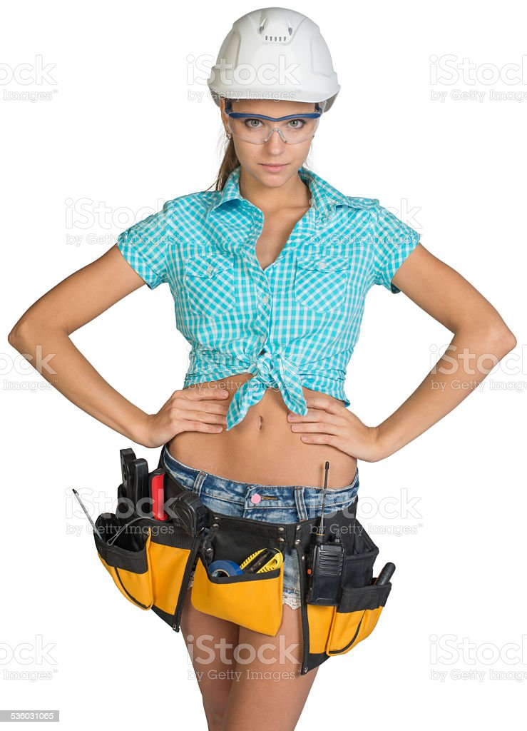 916a7130fbe5 Femme avec casque et ceinture d outils et des lunettes de protection photo  libre de