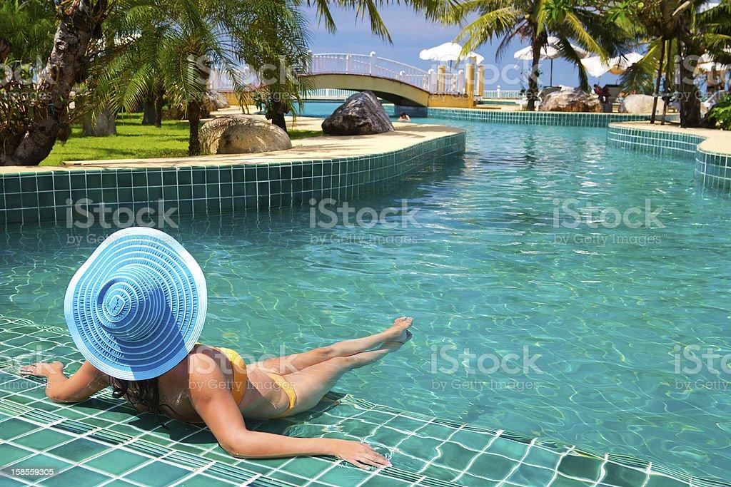 여자 모자 여유로운 수영장 royalty-free 스톡 사진