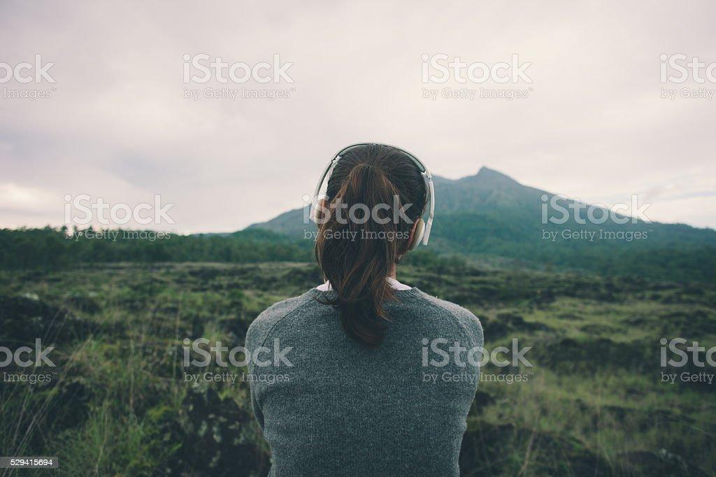 Donna in cuffie ascoltando musica della natura - foto stock