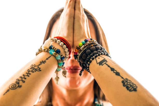 frau in ihren 40ern praktizieren yoga spiritualität mit der sonne-anrede-pose - ruhegebet tattoo stock-fotos und bilder