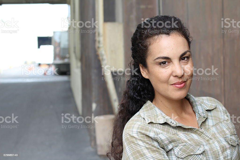 Mulher em seus quarenta em urbana fundo foto royalty-free