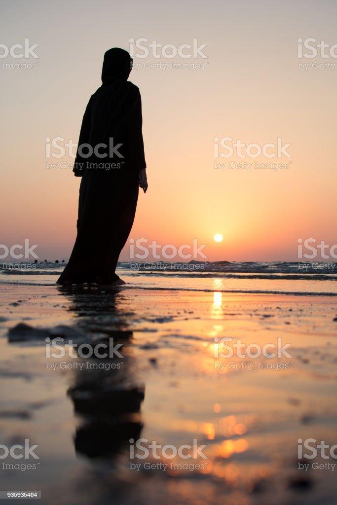 Frau im Hijab stehen am Strand – Foto