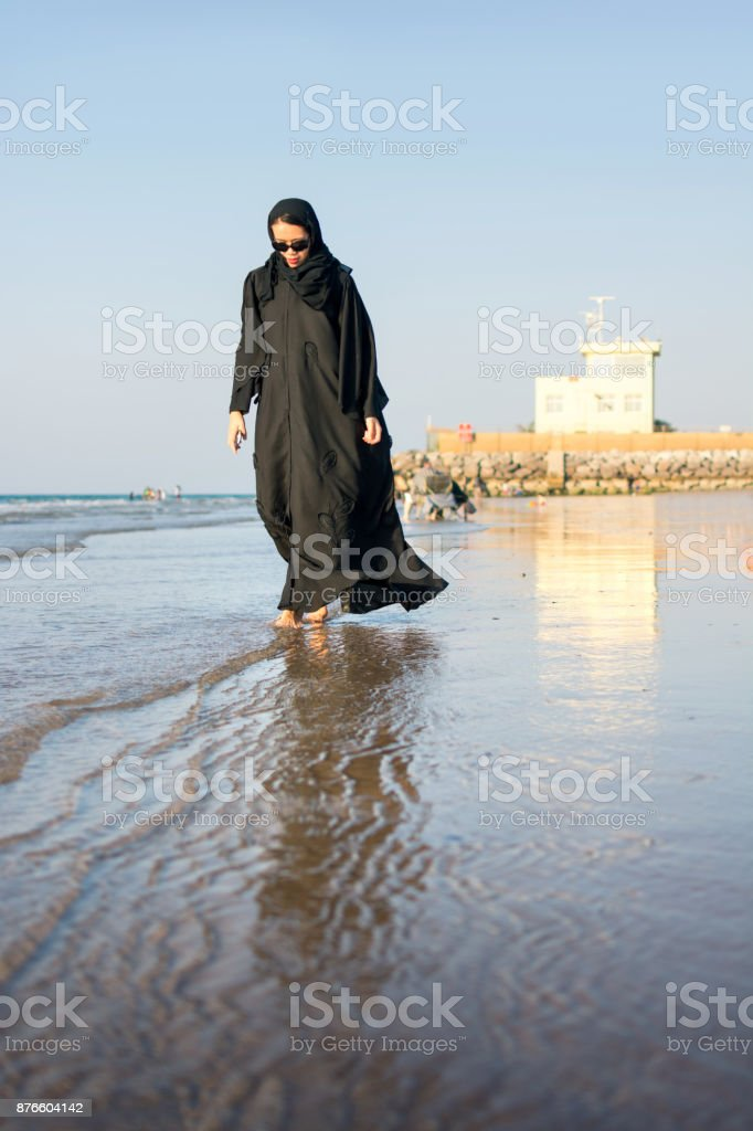 Frau in Hijab zu Fuß am Strand – Foto