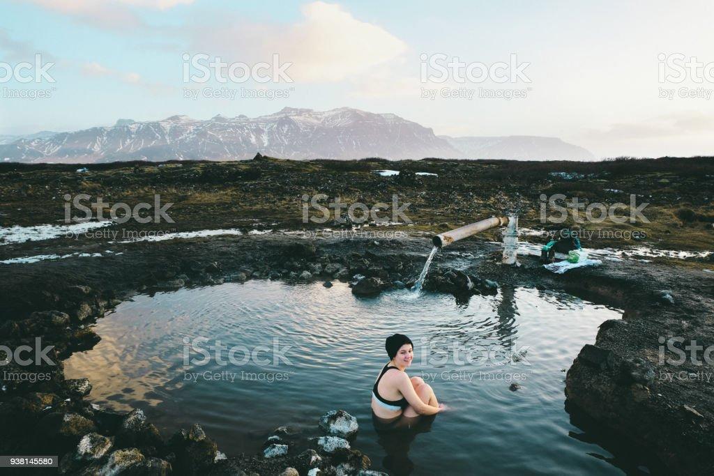 Frau in heißen Quellen in Island – Foto