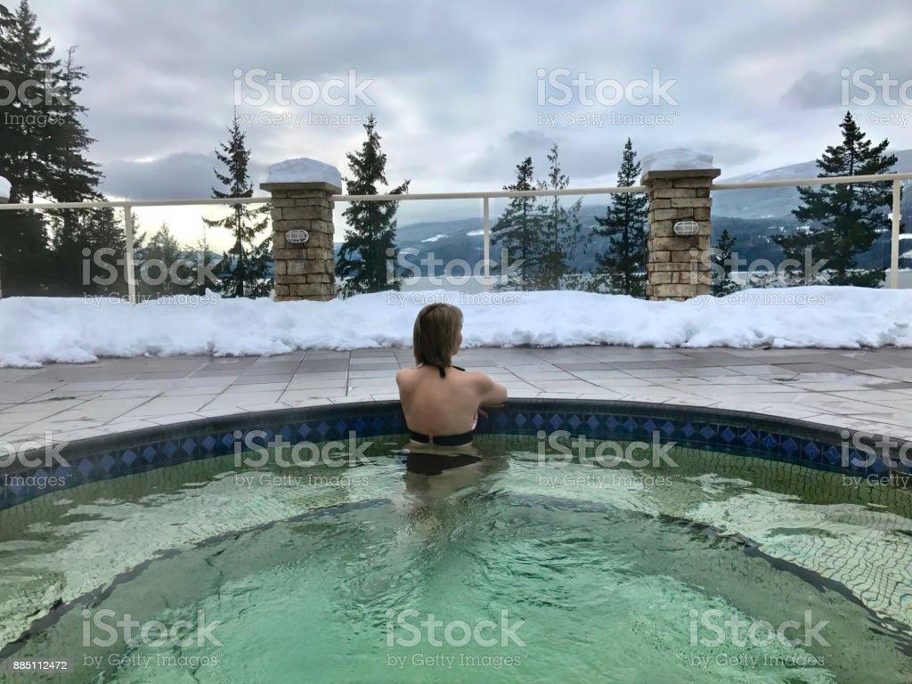 Frau in Hot Springs Pool mit warmem Mineralwasser. – Foto