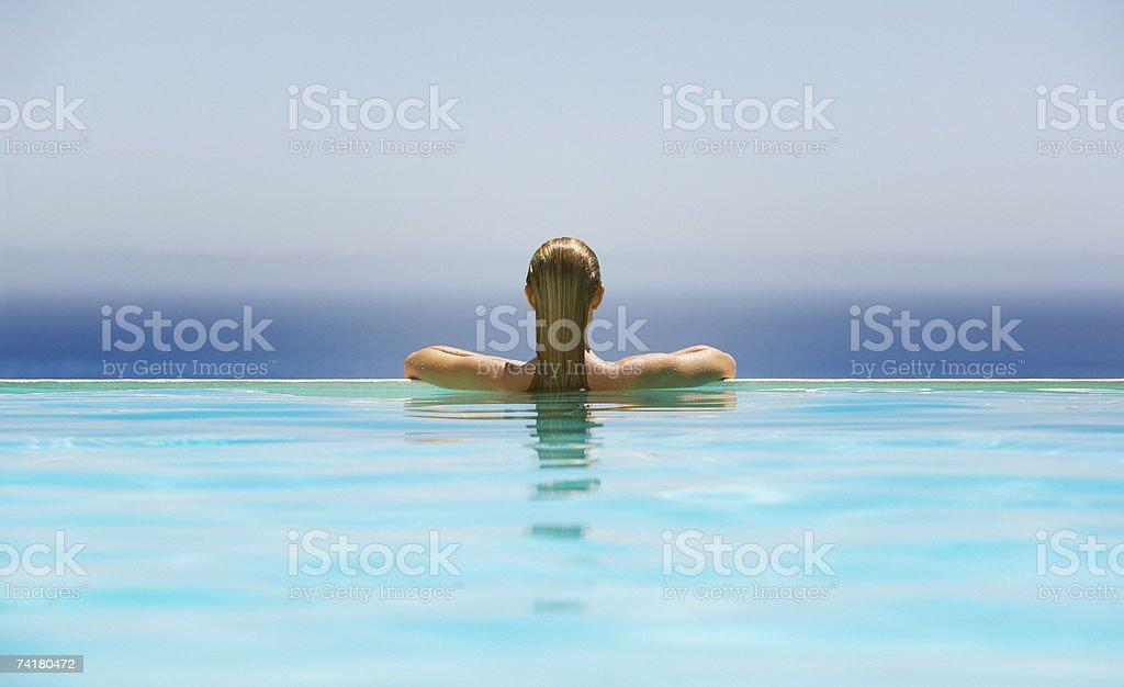 Frau im infinity-pool – Foto
