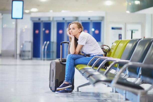 Frau am internationalen Flughafen für ihren Flug – Foto