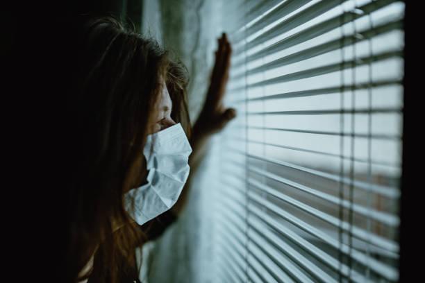 frau wegen virusausbruchs zu hause isoliert - standbildaufnahme stock-fotos und bilder