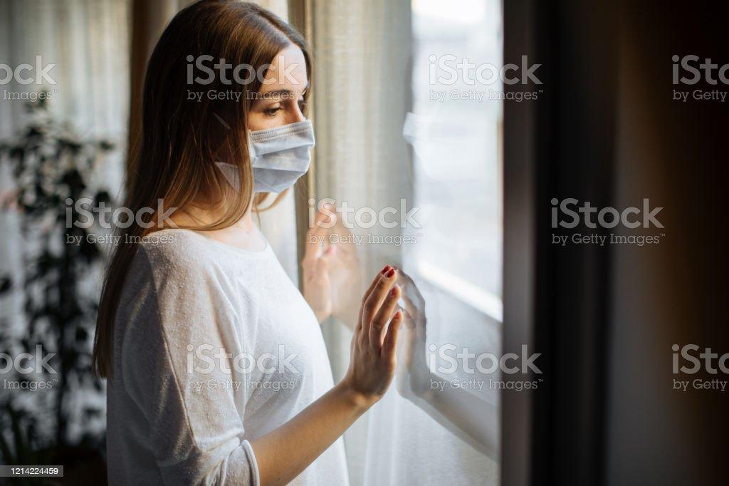 바이러스 발병에 대 한 집에서 고립된 여자 - 로열티 프리 COVID-19 스톡 사진