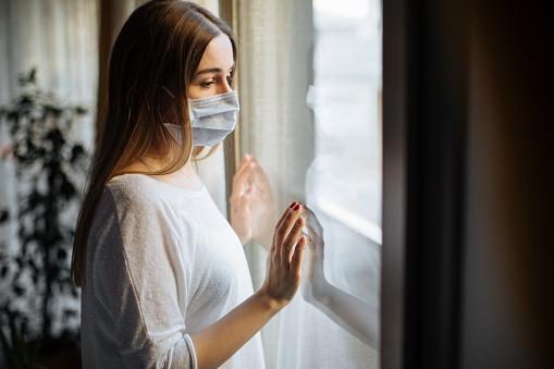 바이러스 발병에 대 한 집에서 고립된 여자 COVID-19에 대한 스톡 사진 및 기타 이미지