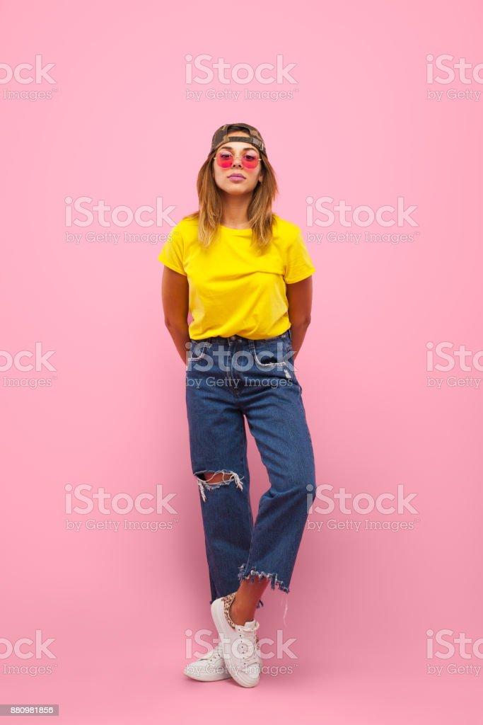 Mujer en vaqueros y camiseta - foto de stock