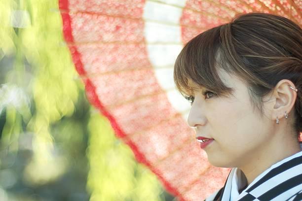 frau mit regenschirm im kimono - ohrringe piercing stock-fotos und bilder