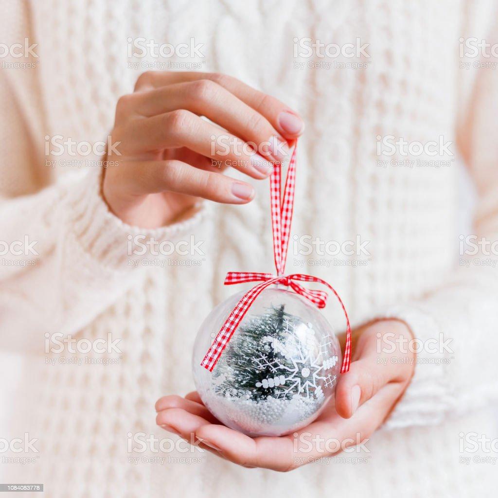Boule De Noel Transparente A Decorer photo libre de droit de femme pull organise la décoration de