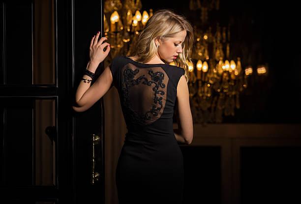 frau im kleinen schwarzen kleid einen cocktail - schönen abend bilder stock-fotos und bilder