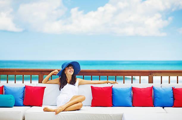 frau in luxus-resort - outdoor sonnenschutz stock-fotos und bilder