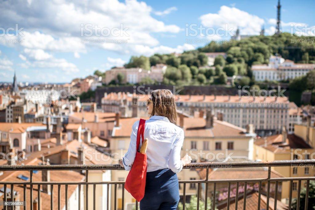 Femme dans la ville de lyon - Photo