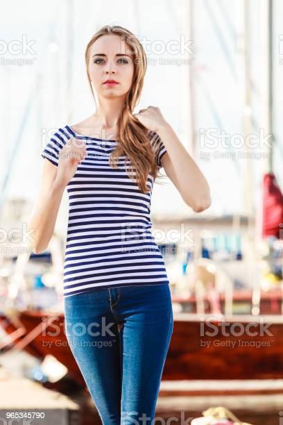 Kobieta W Marinie Przed Jachtami W Porcie - zdjęcia stockowe i więcej obrazów Dorosły