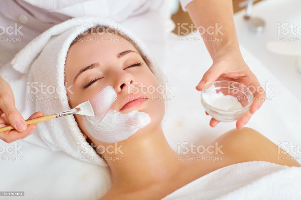 Woman in mask on face in spa beauty salon foto stock royalty-free